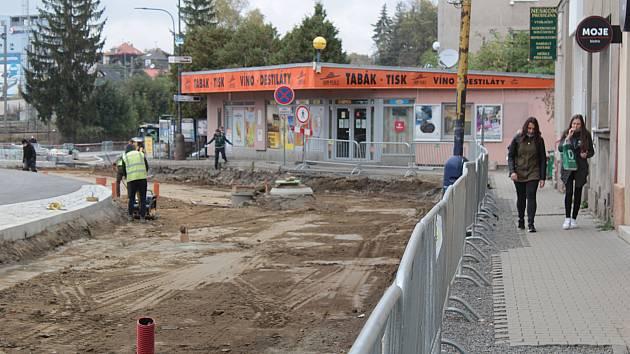 Tři dopravní stavby v Nádražní ulici v Benešově: parkovací dům, dopravní terminál a okružní křižovatka.