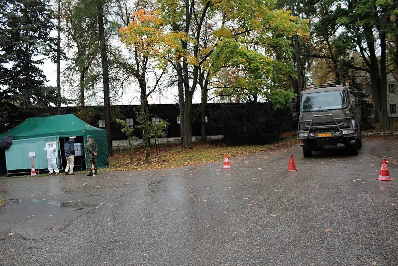 Volební drive-in stanoviště v areálu Táborských kasáren v Benešově.