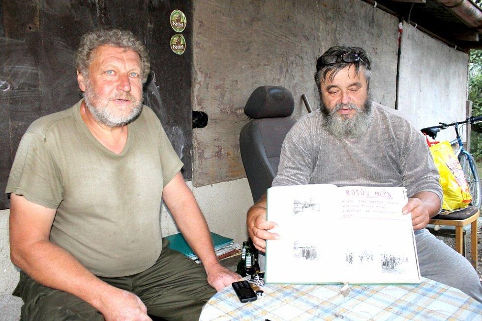 Jiří Koblasa (vpravo) s kronikou chovatelů.