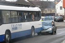 Osobní automobil narazil do linkového autobusu