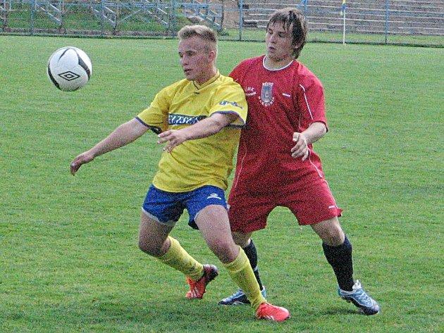 Benešovský Vojtěch Brabenec si v zápase starších dorostenců kryje míč před rakovnickým Dominikem Titlbachem.