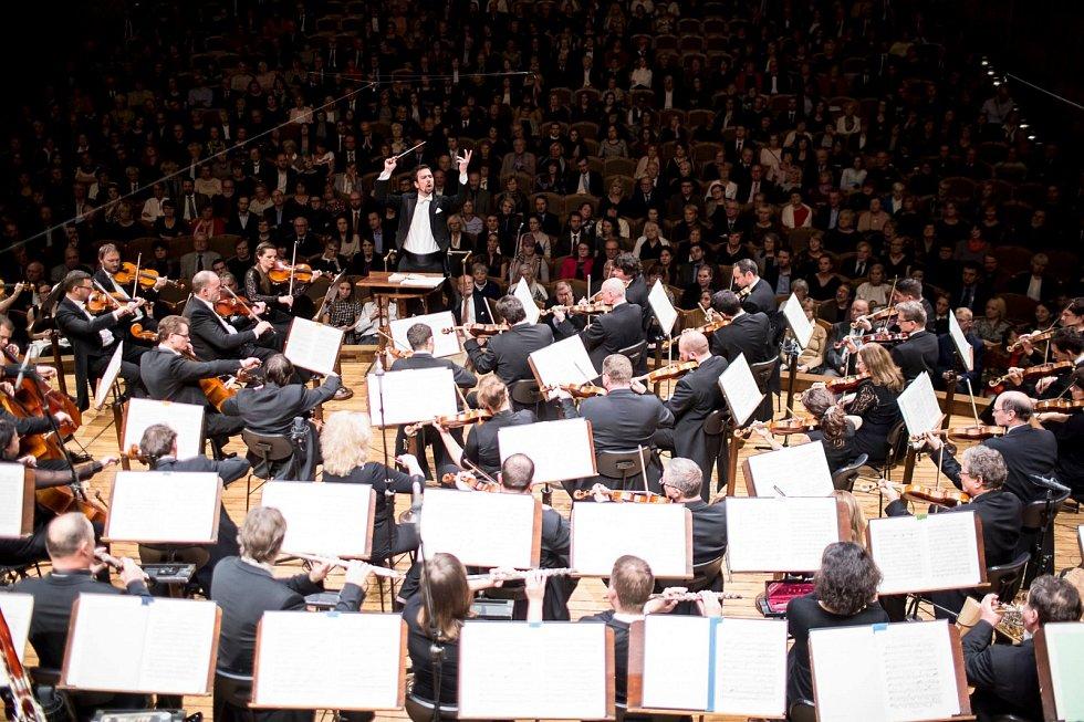 Vůbec poprvé se orchestr představí pod taktovkou Petra Popelky, šéfdirigenta Norského rozhlasového orchestru KORK v Oslu.