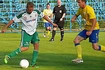 Na bývalého slávistu Karla Pitáka v dresu Olympie Hradec Králové ( u míče) vyráží benešovský Jan Žák.
