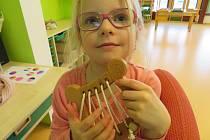 Děti z mateřinky MiniSvět Mrač si hrají s dřevěnými hračkami a zároveň se i učí.
