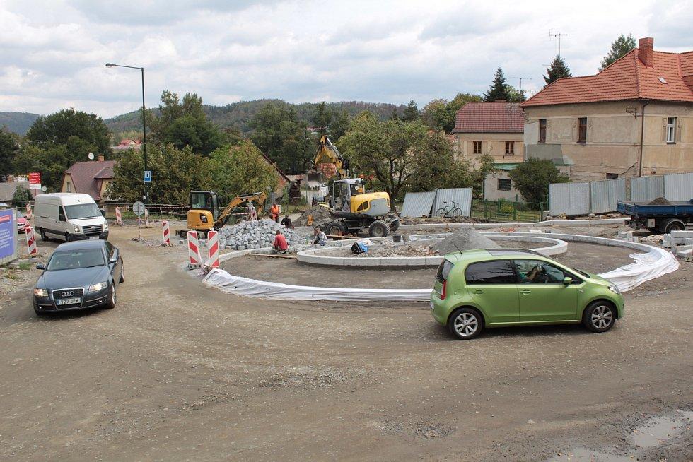 Stavba kruhové křižovatky v Týnci nad Sázavou.