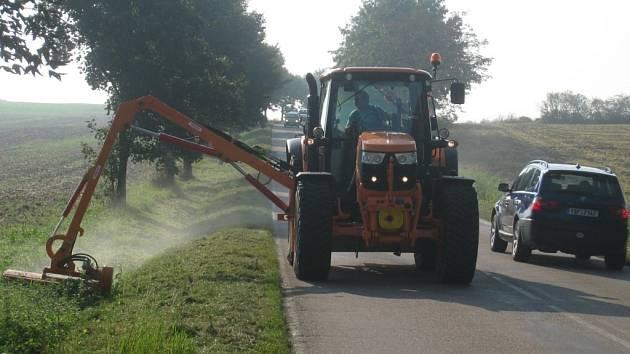 V těchto dnech sekají silničáři trávu podél silnic.