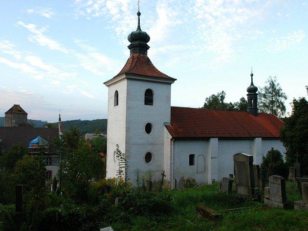 Týnecký kostel sv. Šimona a Judy v pozadí s věží týneckého hradu.