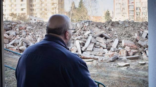 Nejblíž a nejníže. Takový pohled se naskýtá nájemníkům bydlícím v přízemí paneláku  v  Havlíčkově ulici.