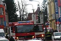 V úterý 31. března po 16. hodině sundávali  hasiči uvolněné plechy ze střechy domu v Tyršově ulici.