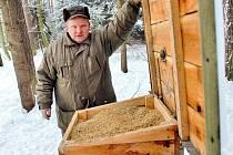 Přikrmování lesní zvěře je v zimě velice důležité.