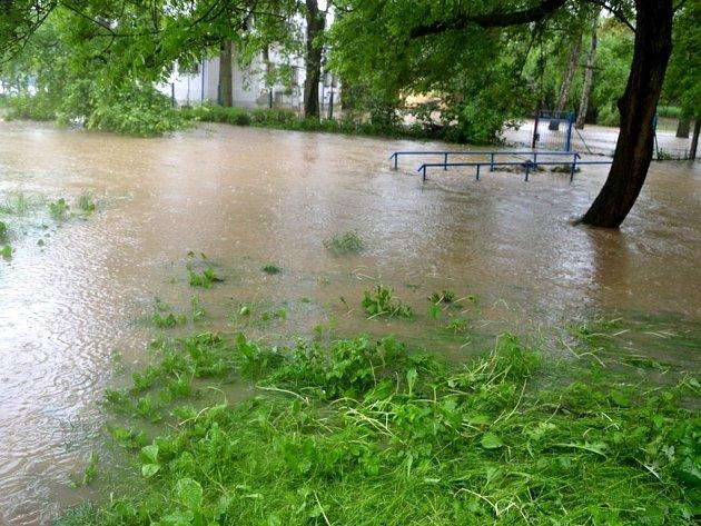 Rozvodněný Benešovský potok zalil i koupadla.
