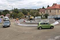 Stavba kruhové křižovatky v Týnci nad Sázavou v září 2018.