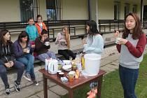 První snídaně zahraničních dobrovolnic na hřišti v Mezně.