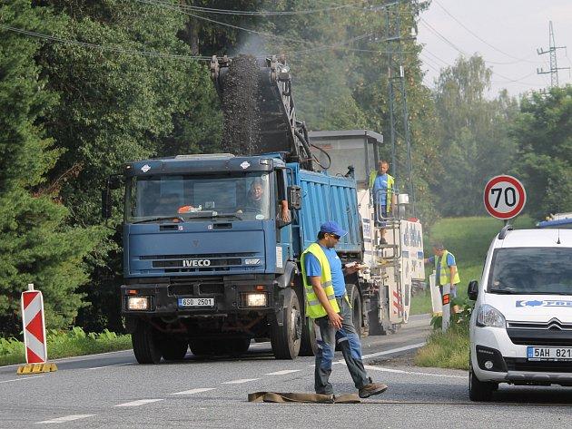 Začalo frézování asfaltu silnice Praha - Tábor mezi křižovatkou u hotelu Benica a odbočením do Křižíkovy ulice U Topolu.