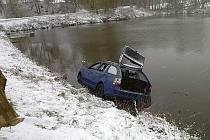 Havárie osobního auta do rybníku v Děkanovicích.