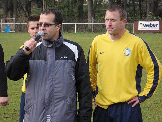 Stanislav Vlček (s mikrofonem prezident klubu Jawa Divišov Josef Svoboda) .