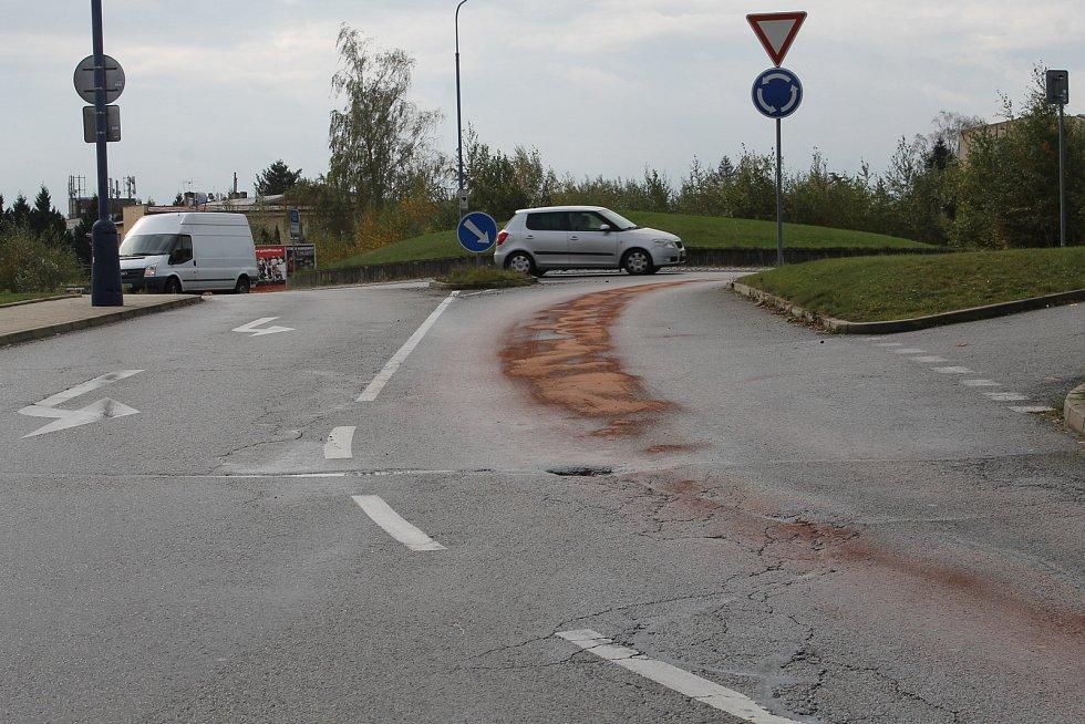 Stopy po naftě na silnici na benešovských Červených Vršcích.