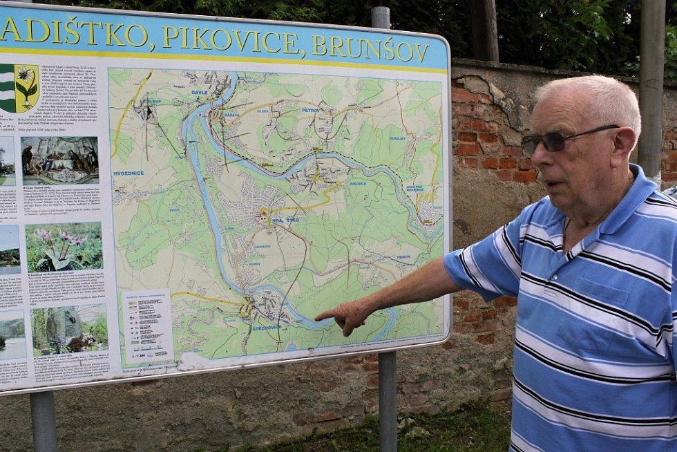 Helmut Gaensel u mapy ukazuje, kam se nyní soustředí pátrání po Štěchovickém pokladu.