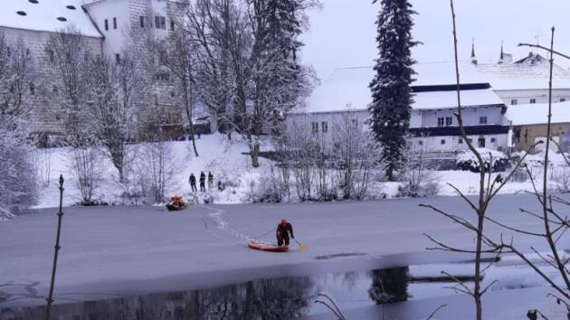 Záchrana psa v Rožmitále pod Třemšínem přímo pod zámkem. Ten se zaběhl při venčení na led.