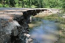 Silnici pod hradem Zbořeným Kostelcem poničila voda Kamenického potoku.n