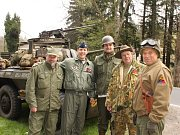 Členové českého Jeep klubu pietní akci doprovázejí již mnoho let. Především díky nim se zúčastnění mohou pokochat nepřebernými armádními vozidly, tématickými obleky či příslušenstvím, které američtí vojáci používali.