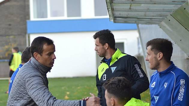Trenér Vlašimi Erich Brabec (vlevo) si oddechl, jeho tým důležitou bitvu s Chrudimí zvládl a vyhrál 2:1.