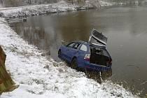 Záchrana posádky z potopeného auta v Děkanovicích.