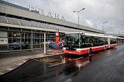 Autobus MHD před budou Letiště Václava Havla 19. listopadu v Praze.