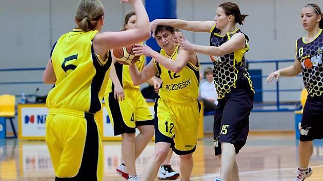 Benešovská Ludmila Mazurová (ve žlutém) se prodírá obranou Sadské.