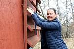 Hana Chmelová odemyká svůj mobilní včelín.