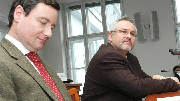 Novým ředitelem středočeského krajského úřadu se stal Ing. Petr Hostek (vpravo). Souhlas s jeho jmenováním podepsal 3. února 2009 ministr vnitra Ivan Langer