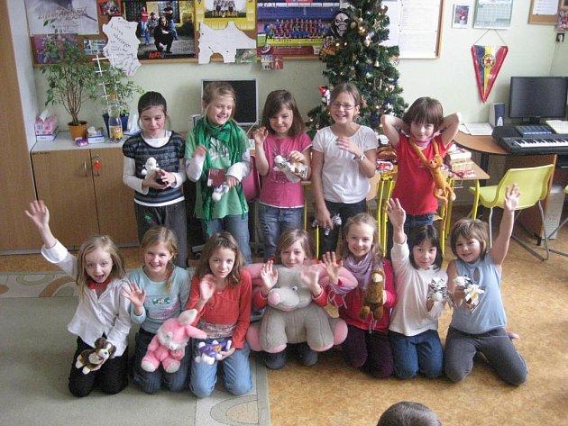 Žáci třetích tříd ZŠ Jiráskova se zásilkou plyšáků a hygienických i zdravotních potřeb pro Afričany.