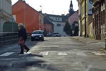 V Pražské ulici  bude zúžená vozovka u přechodu u školy i u polikliniky.