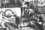 Beton pro grunty nákupního centra v Postupicích míchali v 80. letech 20. století brigádníci u tehdejšího místního národního výboru. Pak ho traktor převážel na stavbu na valníku.