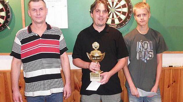 Nejlepší trojice v hlavní soutěži. Zleva druhý Tomáš Svoboda z Brna, uprostřed vítěz Martin Hochman z DC Drak Brno, který bral celé startovné 2500 korun a třetí Pavel Korda ml. z DC Bizoni.