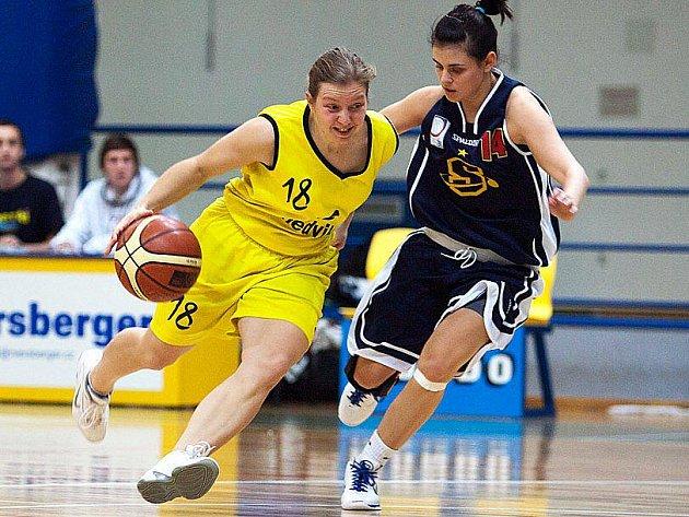 Benešovská Iveta Škvorová (ve žlutém) předváděla útočný výpad, ve kterém se jí snažila zabránit Běhalová ze Sparty Praha.