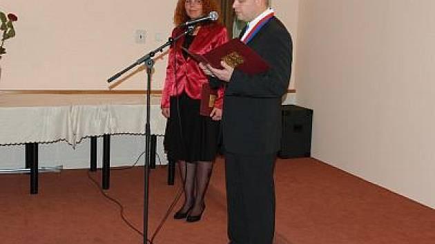 Martin Kadrnožka, starosta Týnce nad Sázavou předal ocenění Významný občan Týnce.