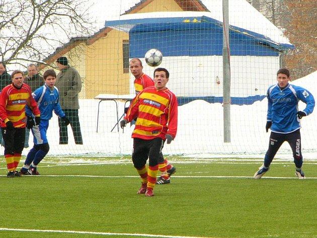 Votický Pavel Borkovec (u míče) se pomstil bývalému celku dvěma góly.