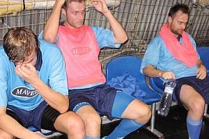 O poločasové přestávce, za stavu 3:2 pro Písek, byl na hráčích Arsenalu (zleva Jiří Kamarýt, Daniel Lukáč a střelec dvou gólů Ondřej Žáček) vidět smutek, a to ještě nevěděli, co je čeká ve druhém dějství.