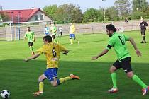 Benešovští fotbalisté počtvrté za sebou hráli v ČFL 1:1, tentokrát s Mostem. Domácí Ondřej Brejcha uniká Davidu Čadovi.
