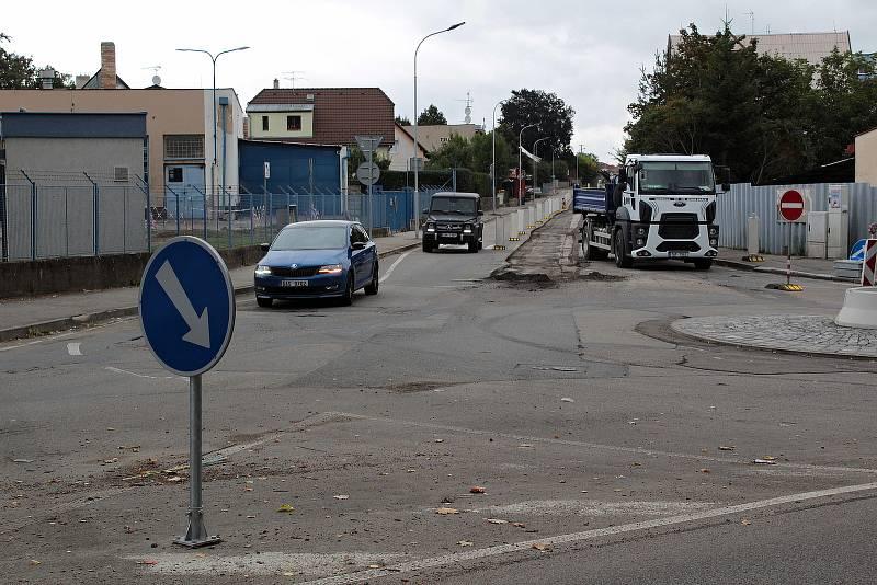 Oprava povrchu vozovky v Hodějovského ulici v Benešově.