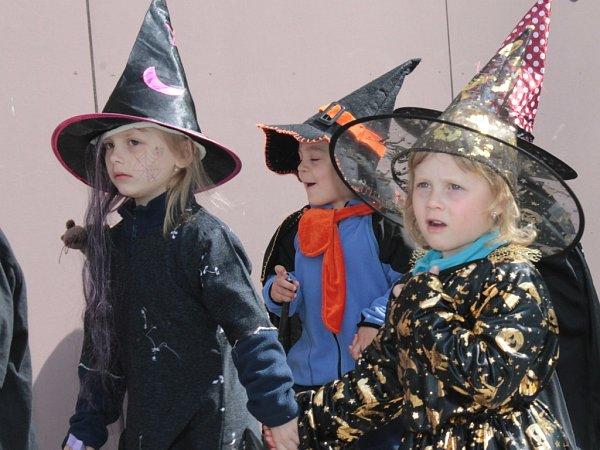 Čarodějnice a čarodějové vyrazili do ulic Benešova.