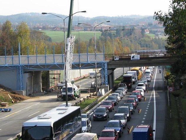 Opravy železničního mostu přes brněnskou dálnici D1 u Mirošovic  a rekonstrukce 2. traťové koleje je plánovaná i na příští rok.  Kvůli stavbařům  bývá střídavě omezený  i provoz na dálnici