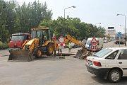 Propadlá vozovka komplikuje dopravu v Benešově.