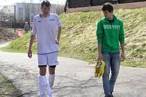 O poločasové přestávce zápasu mladších dorostenců Benešova s Vejprnicemi se belhal zraněný Ondřej Papež (vlevo) do kabiny.