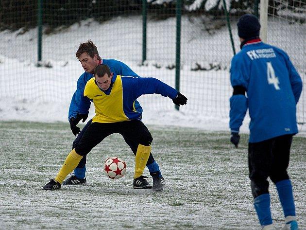 Benešovský Martin Turek (ve žlutém) se gólově s Neratovicemi neprosadil.