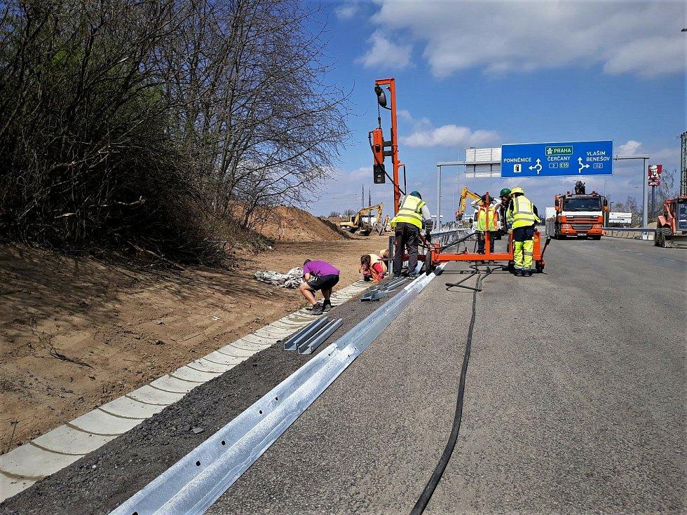 Finální úprava okolí okružní křižovatky na silnici I/3  na benešovských Červených Vršcích.