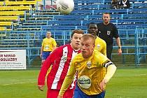 Benešovský kapitán Josef Laštovka (ve žlutém) je pronásledován hrdinou zápasu Stanislavem Hřebečkem.