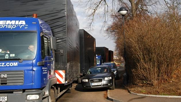 Kvůli stojícím nákladním autům se stala Mendelova ulice v pondělí neprůjezdnou.