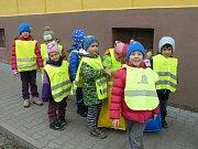 Oslavy Dne Země děti zakončily procházkou k barevným kontejnerům na tříděný odpad a nasbírané odpadky vzorně roztřídily.